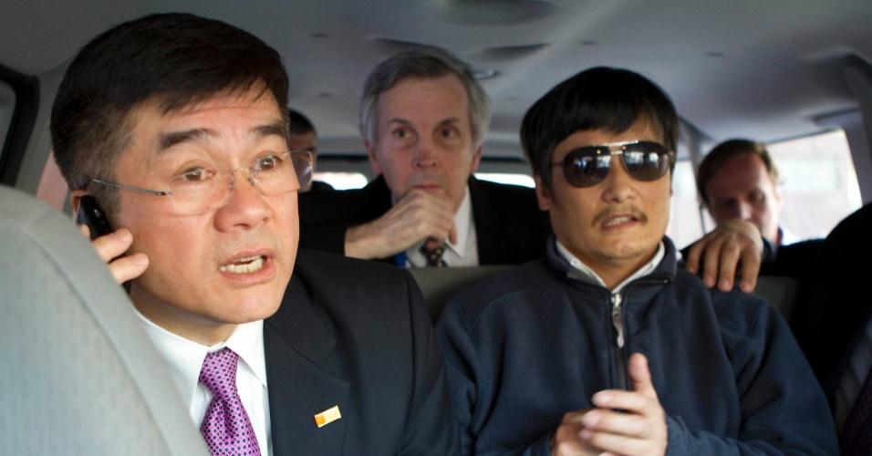 4.mai.2012 - Foto divulgada pela Embaixada norte-americana em Pequim, na China, mostra o embaixador dos Estados Unidos para a China, Gary Locke (esquerda), falando ao celular enquanto acompanha o ativista cego Chen Guangcheng (direita) em um carro em Pequim