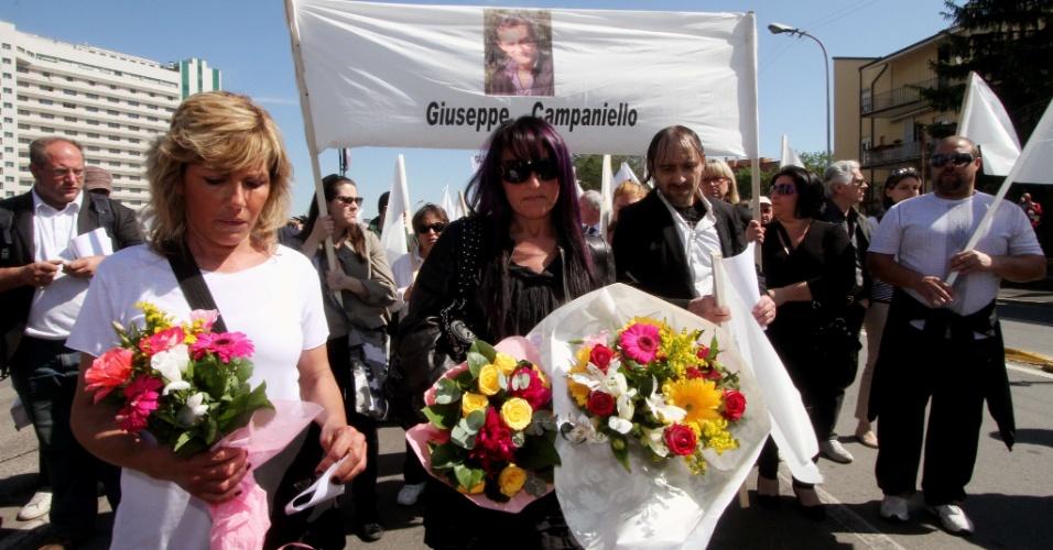 4.mai.2012 - Grupo de viúvas de homens que se suicidaram por causa da crise econômica e das dificuldades com as autoridades fiscais realizaram uma marcha pela cidade de Bolonha, na Itália, onde um construtor ateou fogo em seu próprio fogo