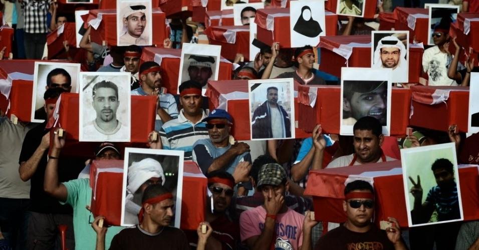 4.mai.2012 - Manifestantes do Bahrein transportam caixões simbólicos com fotos de vítimas da repressão do governo durante protesto realizado na aldeia xiita de Barbar, em Manama