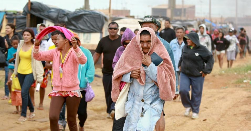 4.mai.2012 - Manifestantes do Movimento dos Trabalhadores Sem-Teto (MTST) mantém preparação para resistência contra uma possível reintegração de posse do terreno em Ceilândia, Distrito Federal