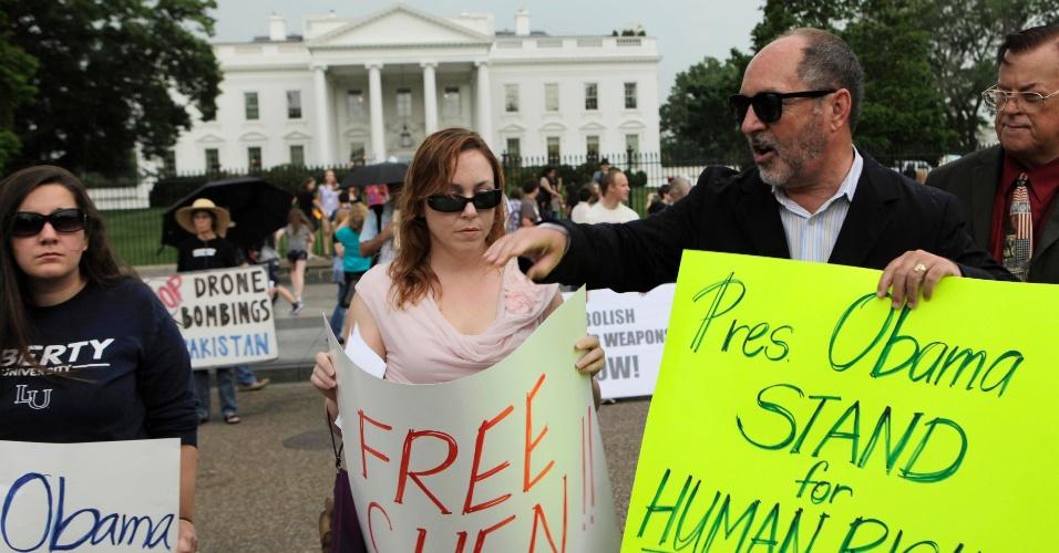 4.mai.2012 - Manifestantes protestam em frente a Casa Branca, em Washington (EUA), em apoio do dissidente chinês Chen Guangcheng, que escapou de sua prisão domiciliar na China e se refugiou na Embaixada americana por seis dias