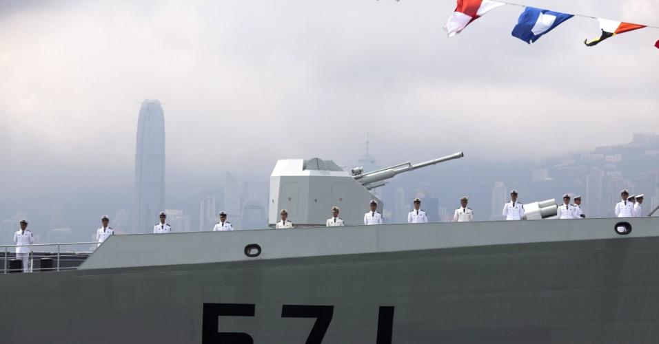 4.mai.2012 - Marinheiros chineses formam fila na fragata Yuncheng, do Exército da Libertação Popular, ao deixar o quartel Ngong Shuen Chau, em Hong Kong, na China