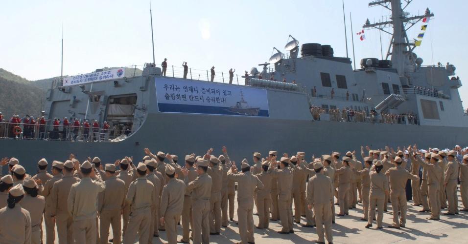 4.mai.2012 - Marinheiros se despedem de colegas que partem no destróier sul-coreano Yulgok Yi l no porto de Jinhae, na Coreia do Sul