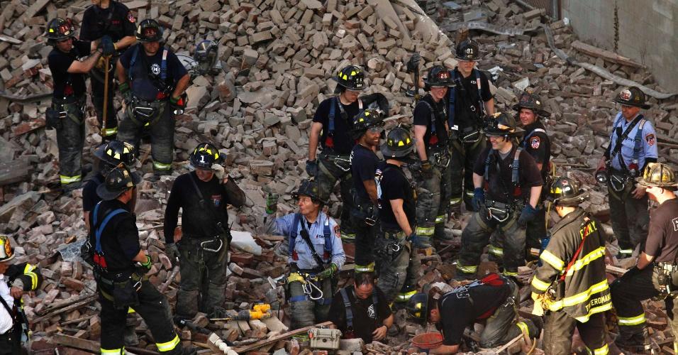 4.mai.2012 - Membros do Corpo de Bombeiros buscam vítimas em meio aos escombros de um edifício que desabou no bairro de Harlem, em Manhattan, Nova Iorque (EUA)