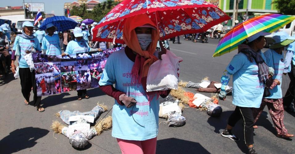 4.mai.2012 - Moradores do Lago Boeung Kak, no Camboja, arrastam espantalhos em protesto por demarcação de territórios em Phnom Penh