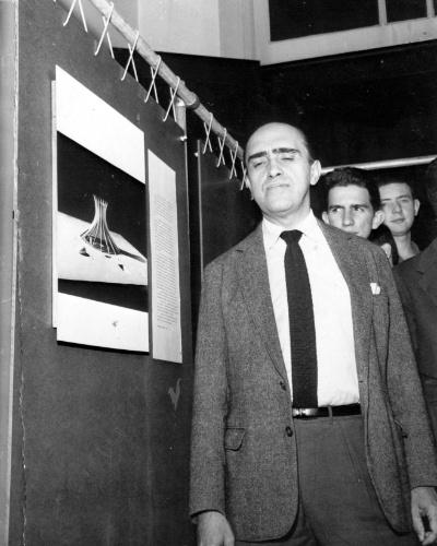 4.mai.2012 - Niemayer visita exposição sobre sua obra, em 1963