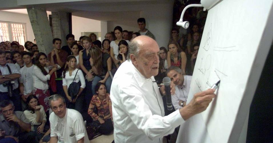 4.mai.2012 - Niemeyer dá aula aberta na Escola da Cidade, em São Paulo, em 2002