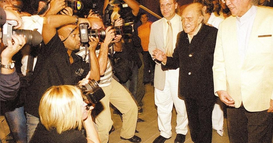 4.mai.2012 - O arquiteto Oscar Niemeyer chega para lançamento de livro e exposição em sua homenagem, no Instituto Tomie Ohtake, em São Paulo, em 2004