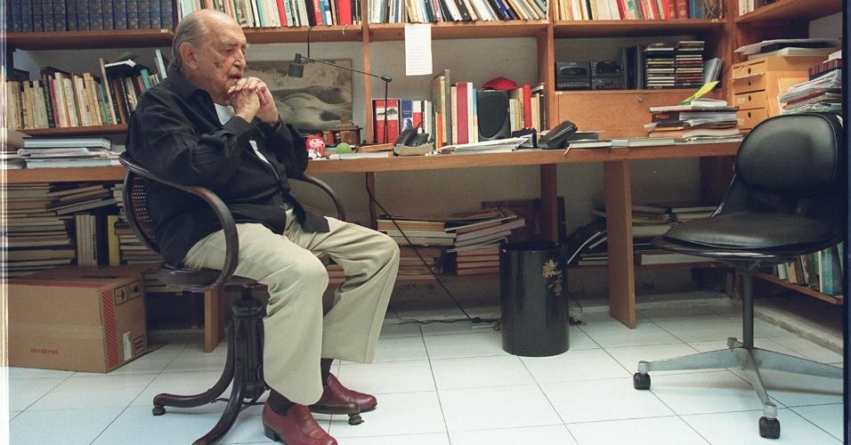 4.mai.2012 - O arquiteto Oscar Niemeyer em seu escritório, em Copacabana, em 1997