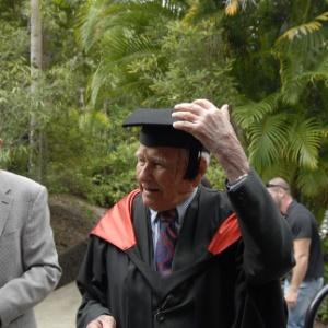 Allan Stewart, 97, chega para cerimônia de formatura na Southern Cross University, na Austrália