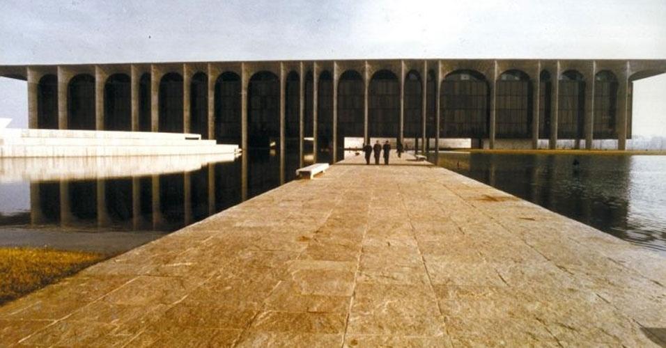 4.mai.2012 - O edifício sede da Editora Mondadori, projeto de Oscar Niemeyer de 1968, localizado em Milão, na Itália