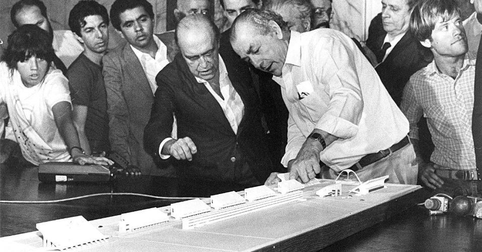 4.mai.2012 - O então governador do Rio de Janeiro, Leonel Brizola (dir.), apresenta a maquete da passarela do samba ao arquiteto Oscar Niemeyer, em 1983