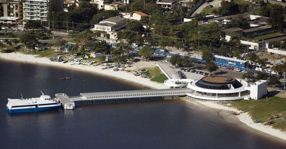 4.mai.2012 - O Terminal das Barcas de Charitas, inaugurado em 2004, é parte integrante do Caminho Niemeyer, um conjunto arquitetônico em construção na cidade de Niterói (RJ)