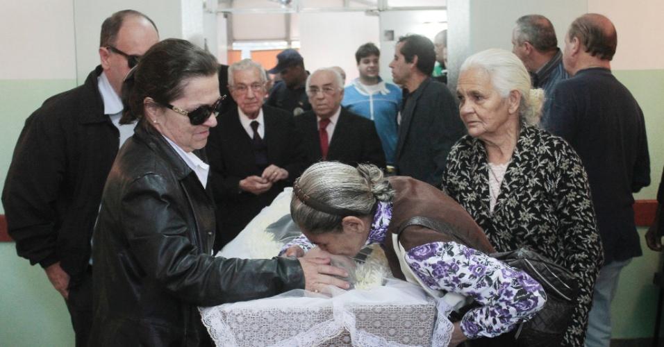4.mai.2012 - Parentes, amigos e fãs comparecem ao velório do cantor Tinoco que morreu com insuficiência respiratória em São Paulo