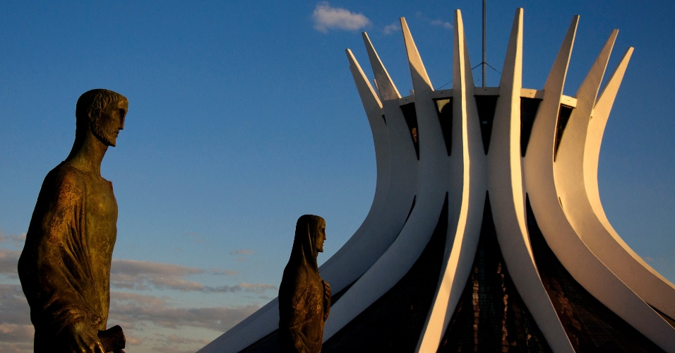 4.mai.2012 - Luz reflete sobre a parte externa da Catedral Metropolitana de Brasília, projetada por Oscar Niemeyer em 1958