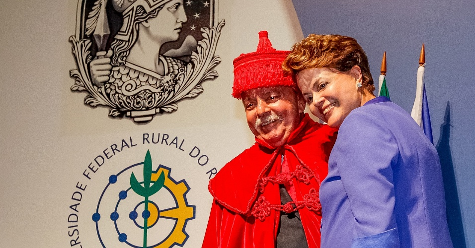 4.mai.2012 - Presidente Dilma Rousseff abraça Luiz Inácio Lula da Silva logo após o ex-presidente receber o título de Doutor Honoris Causa das universidades públicas fluminenses