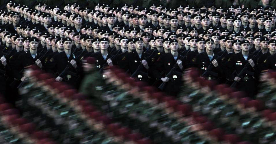 4.mai.2012 - Soldados russos ensaiam para desfile militar que ocorrerá na próxima quarta-feira (9) na Praça Vermelha de Moscou, na Rússia
