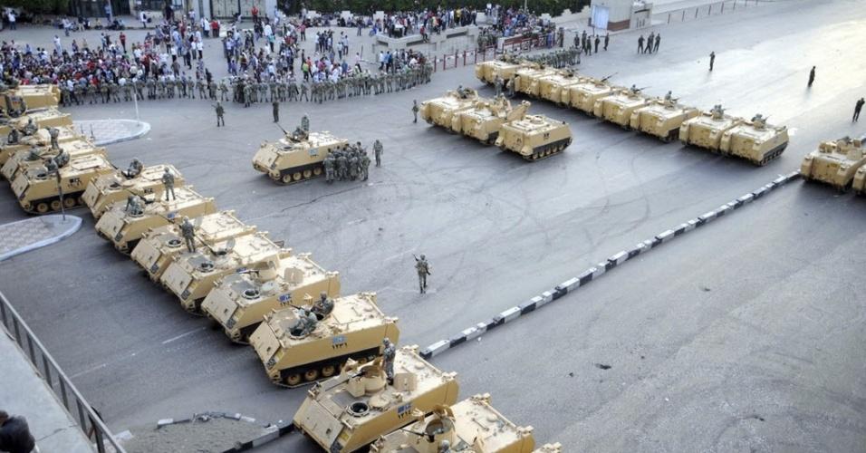 4.mai.2012 - Tanques bloqueiam acesso ao Ministério da Defesa no Cairo, Egito. Um soldado morre com um tiro no abdômen e outras 296 pessoas ficaram feridas em violento confronto entre manifestantes e agentes do exército, segundo fontes oficiais