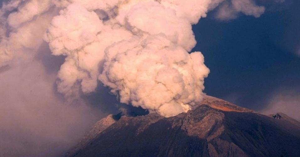 4.mai.2012 - Vulcão Popocatepetl em erupção na cidade de Nealtican, Estado mexicano de Puebla