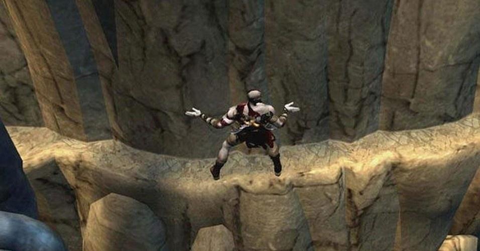A jornada de Kratos inclui escalar o titã Cronos, e chegar ao templo de Pandora, onde se esconde a caixa mítica que conteria o poder para derrotar o deus Ares
