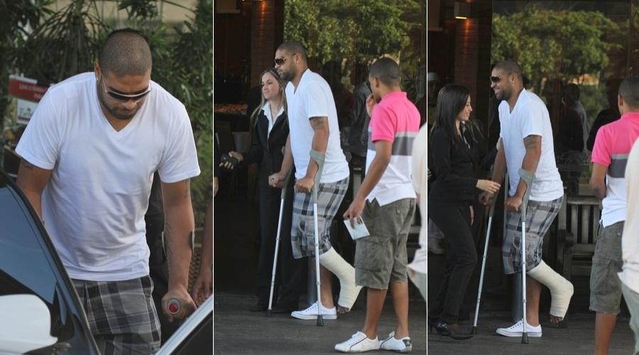 Adriano deixa restaurante na zona oeste do Rio (4/5/12)