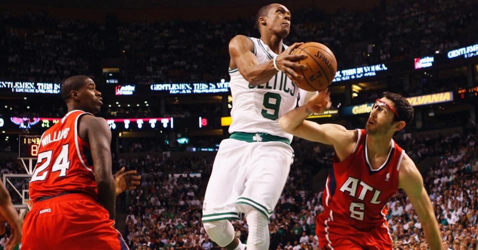 Após cumprir suspensão, Rajon Rondo voltou ao Boston Celtics para a partida contra o Atlanta Hawks