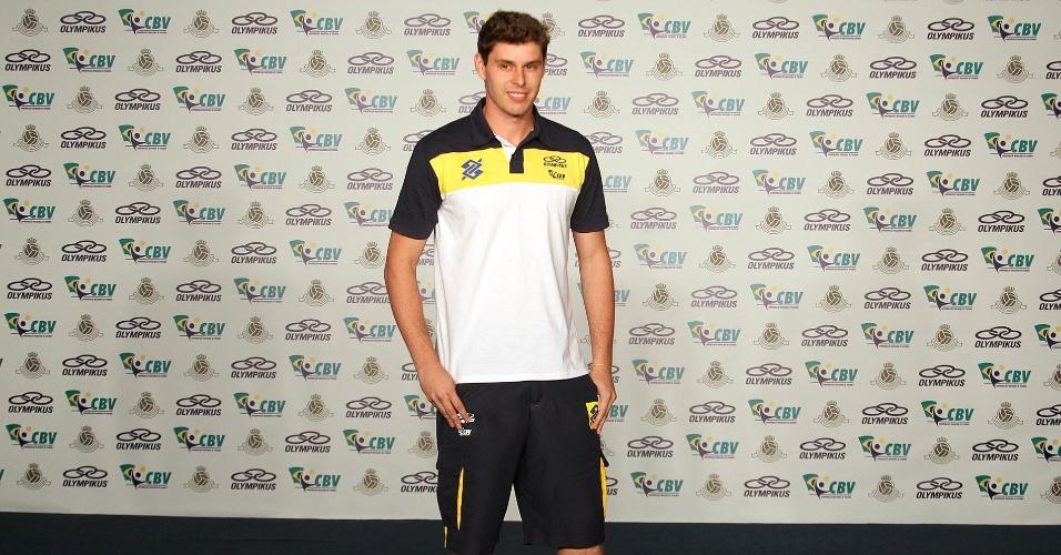 Bruninho posa para fotos com o uniforme de passeio da seleção masculina, que será usado nos Jogos Olímpicos