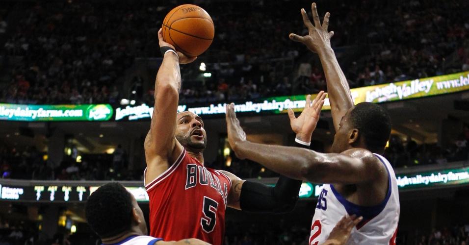 Carlos Boozer, do Chicago Bulls, tenta o arremesso em meio à defesa do Philadelphia 76ers