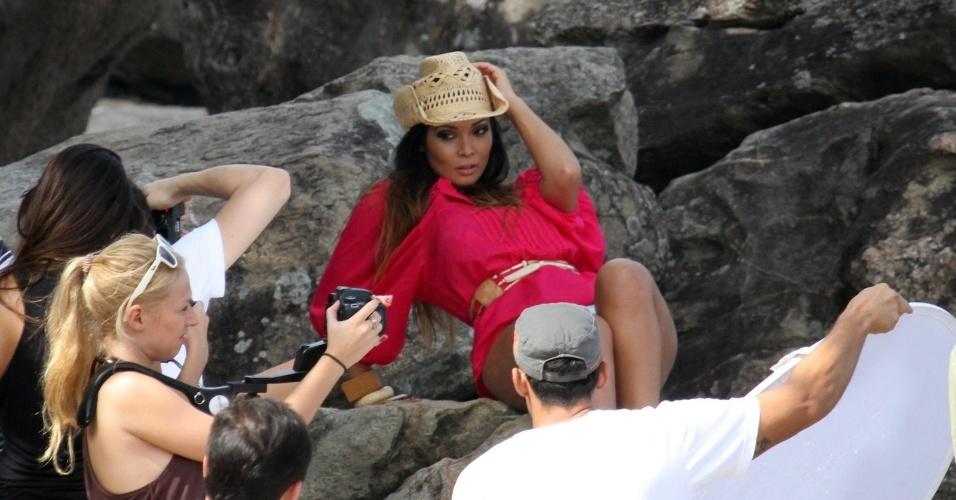 """Carol Nakamura faz ensaio fotográfico na praia do Grumari, zona oeste do Rio (4/5/12). A modelo é assistente de palco do programa """"Domingão do Faustão"""""""