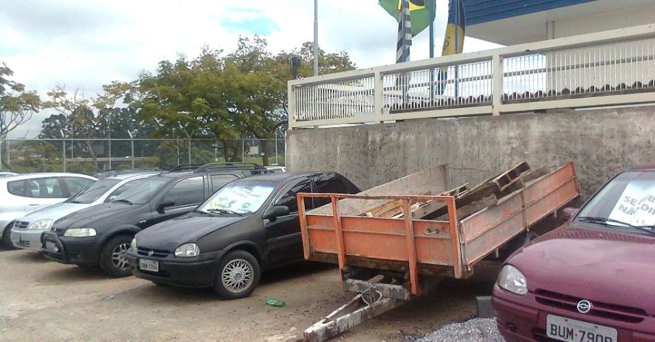 Carros de funcionários do aeroporto de Cumbica e até uma carroça estacionam em área ao lado do novo terminal do aeroporto