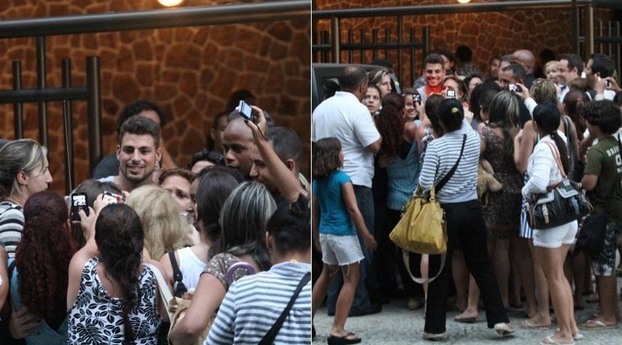 """Cauã Reymond é cercado por fãs durante gravação de """"Avenida Brasil"""" em Ipanema, zona sul do Rio (4/5/12)"""