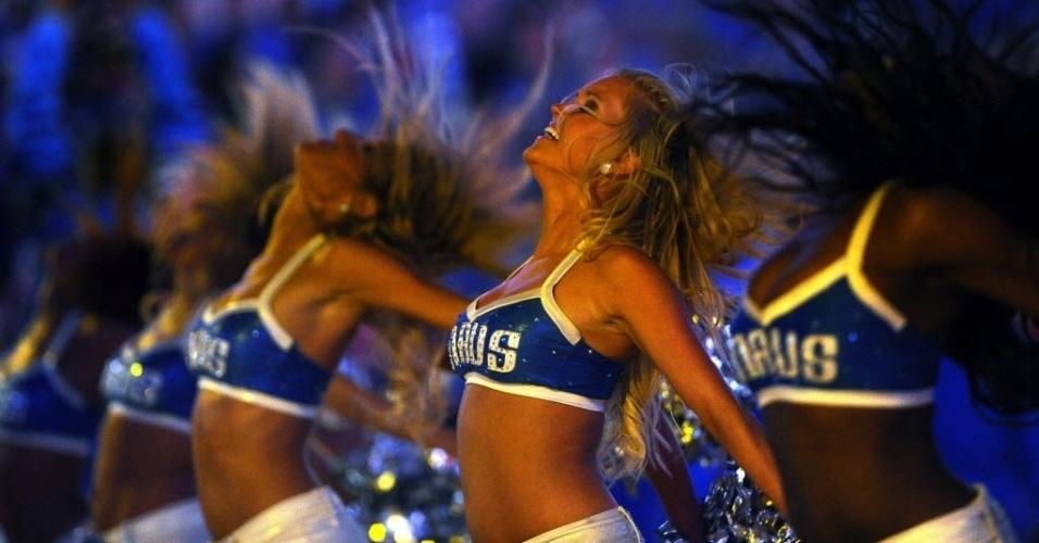 Cheerleaders do Mavericks se apresentam no intervalo da partida entre o Dallas e o Oklahoma City