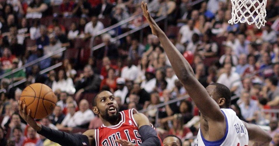CJ Watson, do Chicago Bulls, tenta o arremesso durante partida contra o Philadelphia 76ers