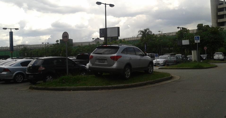 Com a dificuldade em conseguir vaga, até a grama é usada no estacionamento do terminal principal do aeroporto de Cumbica, em Guarulhos