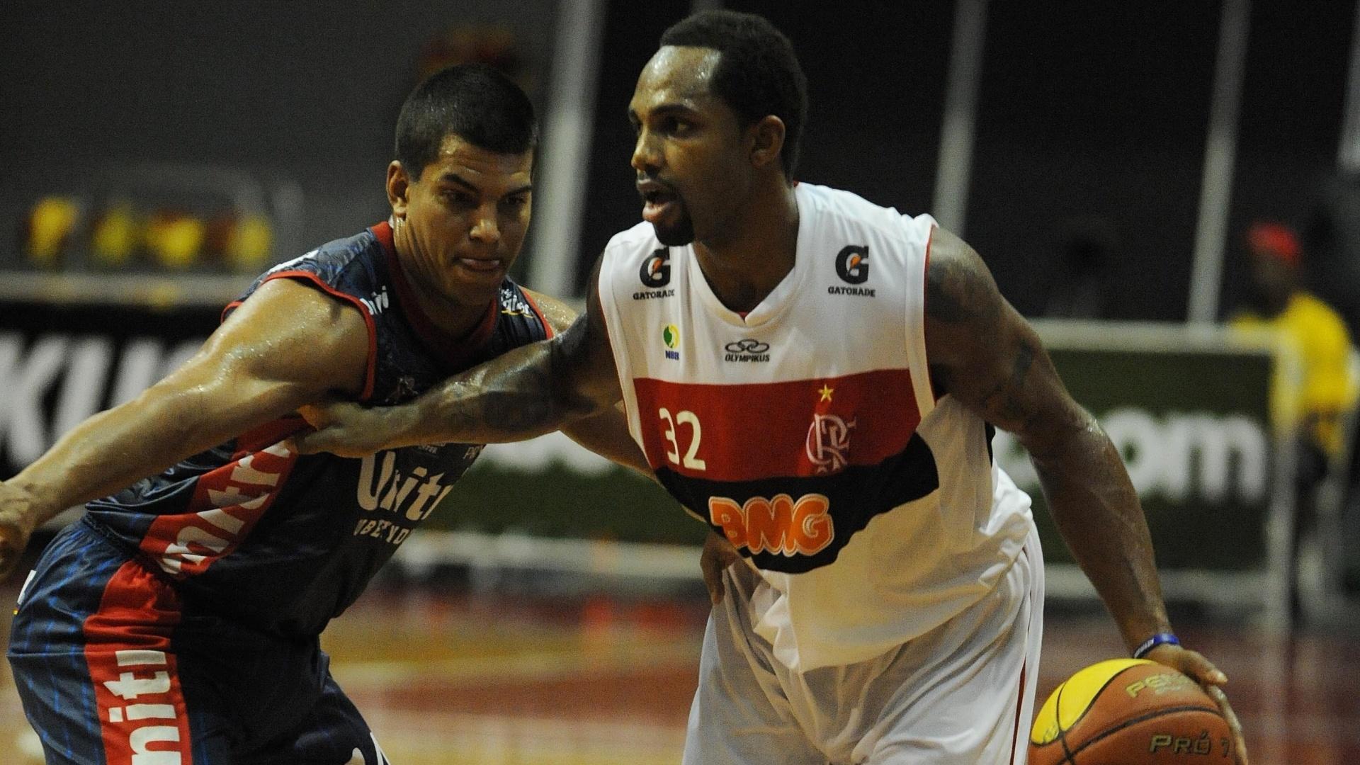 David Jackson, do Flamengo, encara a marcação de Robby Collum, do Uberlândia