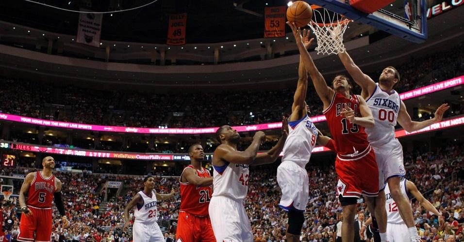 Defesa do Philadelphia 76ers tenta contestar o arremesso de Joakim Noah, do Chicago Bulls