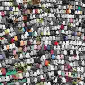 04.mai.2012 - Egípcios atendem às preces de sexta-feira na praça Tahir, no Cairo (Egito) - Mohamed Abd El Ghany/Reuters