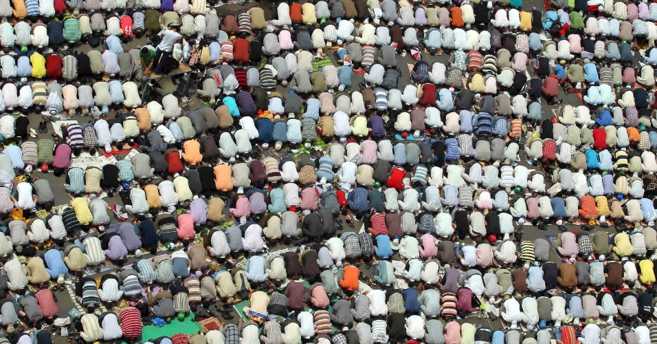 04.mai.2012 - Egípcios atendem às preces de sexta-feira na praça Tahir, no Cairo (Egito)