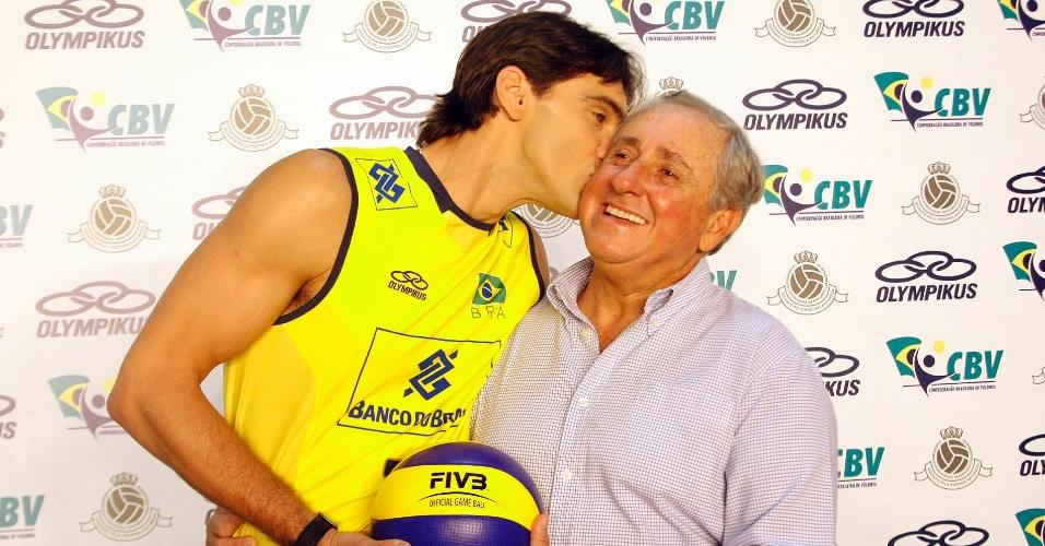 Giba dá um beijo no presidente da CBV , Ary Graça, na cerimônia que exibiu à imprensa os novos uniformes das seleções brasileiras