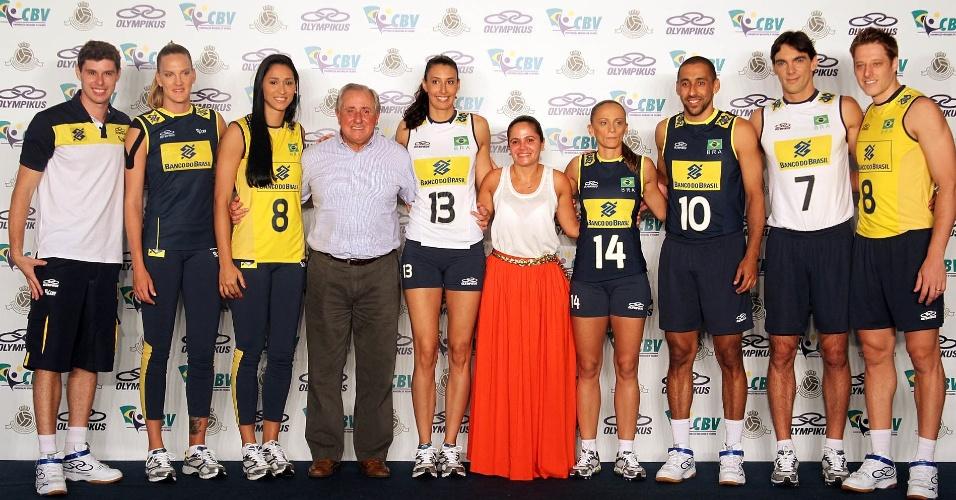 Jogadores das seleções masculina e feminina posam para foto com os novos uniformes, que serão usados nas Olimpíadas de Londres