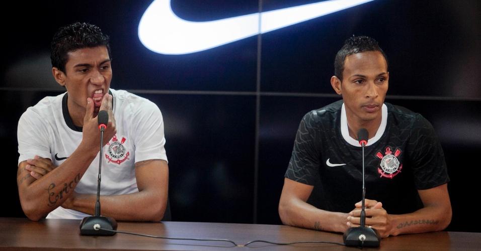 Jogadores Paulinho e Liedson participaram do evento de lançamento do novo uniforme do Corinthians