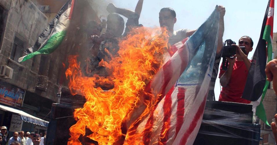 04.mai.2012 - Jordanianos queimam bandeira dos EUA durante protesto contra o governo do país, no centro de Amã, na Jordânia