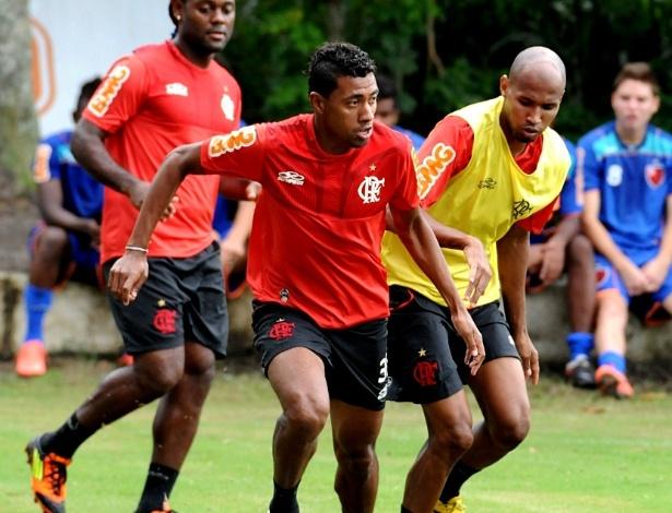 Kleberson disputa a bola durante treinamento coletivo do Flamengo