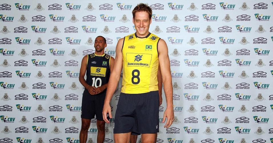 Murilo desfila na passarela do CT de Saquarema para apresentar o uniforme titular da seleção para as Olimpíadas