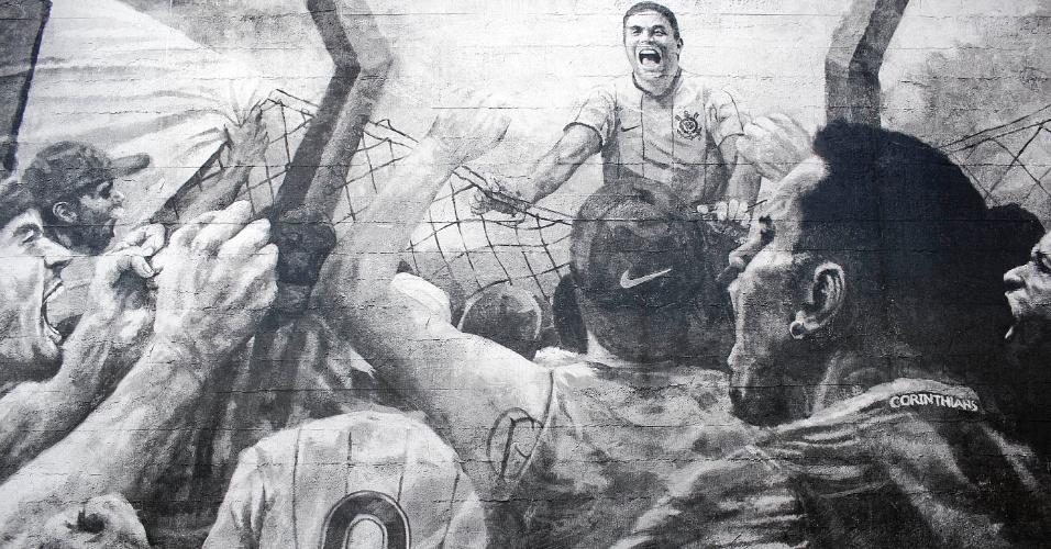 Muro no CT Joaquim Grava exibe imagem de comemoração do primeiro gol de Ronaldo marcado pelo Corinthians