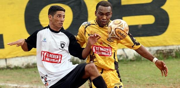 Odebe (amarelo) em lance de Ajax (Vila Rica) 1 x 1 Botafogo (Vila Nhocuné)