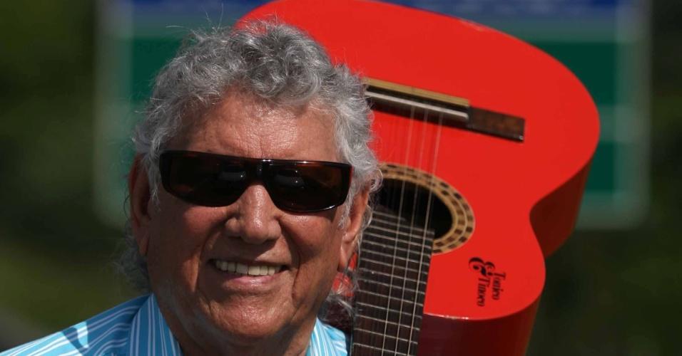 O cantor Tinoco posa para foto na Rodovia Luiz de Queiroz (7/2/09)