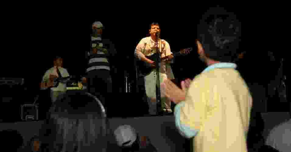"""O músico Michael Sullivan toca """"Whisky a Go Go"""" na abertura da programação do Viradão Carioca, na praia do Arpoador (4/5/2012) - Zulmair Rocha/UOL"""