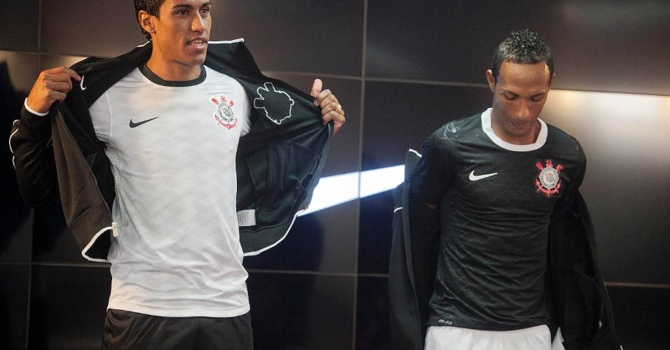 Paulinho e Liedson participaram do evento de lançamento do novo uniforme do Corinthians