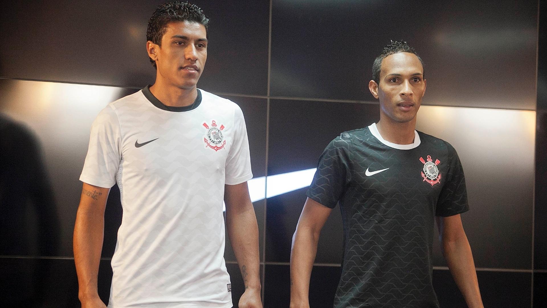 Corinthians apresenta novos uniformes feitos com reciclagem de garrafas pet  - 04 05 2012 - UOL Esporte 43c2a607f1e4a